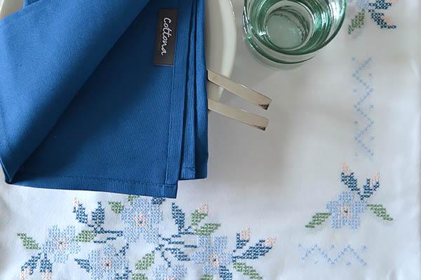 geborduurd-tafelkleed-Cottona-servet-blauw