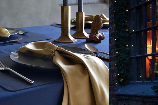Weihnachtstischdecke in Indigo, Servietten in Gold.