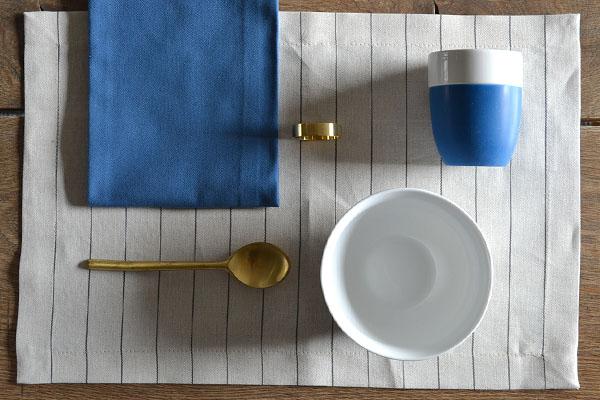placemat-naturel-linnen-ruit-servet-blauw-servetring-messing-cottona-table-textiles