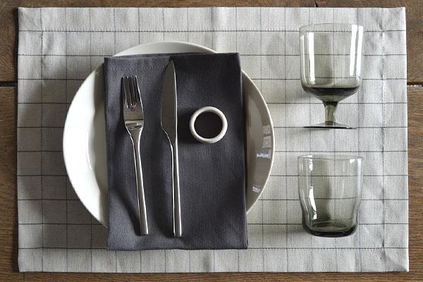 placemat-naturel-linnen-ruitje-servet-basalt-grijs-servetring-naturel-steen-cottona-table-textiles