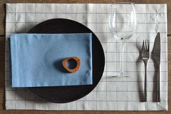 placemat-naturel-linnen-ruitje-servet-vintage-blauw-servetring-hout-cottona-table-textiles